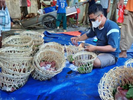 Pengurus Wilayah Kecamatan Kepulauan Seribu Utara Distribusikan Daging Kurban Pakai Bongsang