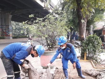 Pengurasan Saluran Phb Jl Ahmad Yani Sepanjang 750 Meter Dilanjutkan