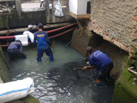 SDA Personnel Dredge Kencana Connecting Channel