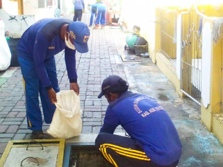 Pembersihan Saluran Air di RW 01 Pulau Untung Jawa Rampung