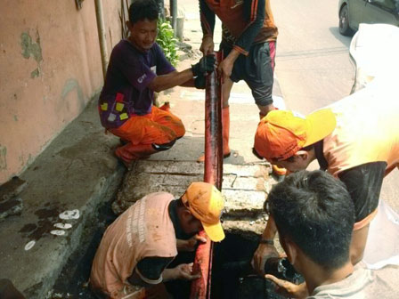 Channel on Jl. Kebon Sirih Timur Clogged, Cable Jacket Lifted