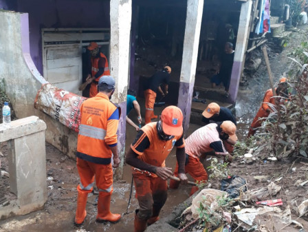 12 PPSU Personnel Work Together with Balekambang Residents to Clean Up Mud