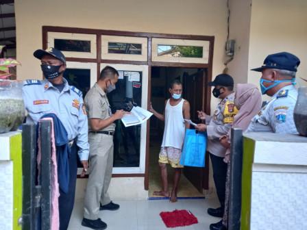 Petugas PPKM Kelurahan Pulau Harapan Jemput Warga Untuk Vaksin COVID-19 Dosis Pertama