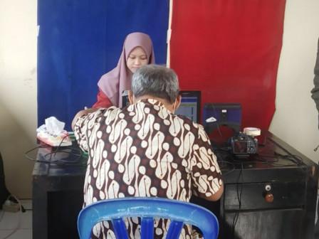 Door-to-Door Population Service Provided for 475 Residents in East Jakarta