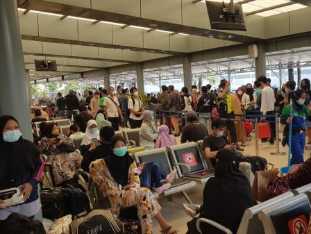 Ribuan Penumpang Padati Stasiun Kereta Api Pasar Senen