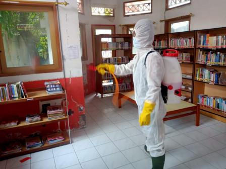 PMI Kepulauan Seribu Lakukan Disinfeksi Taman Baca dan Perpustakaan Pulau Pramuka