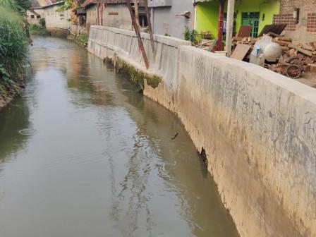 Perbaikan Turap dan Tanggul Kali Cipinang di Kelapa Dua Wetan Rampung