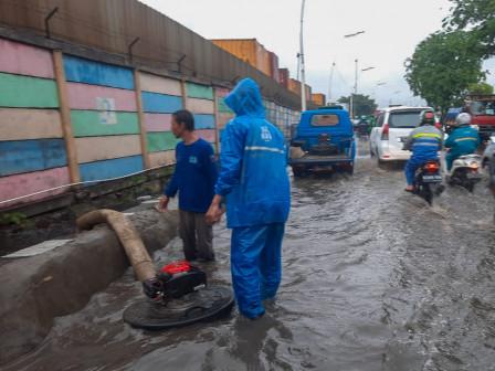 Petugas Tangani Genangan di Jalan RE Martadinata Tanjung Priok
