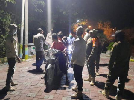 Satpol PP Kecamatan Kepulauan Seribu Utara Bubarkan Kerumunan Remaja