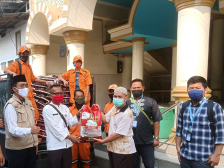 5.472 Warga Rawa Terate Menerima Bansos dari DKI
