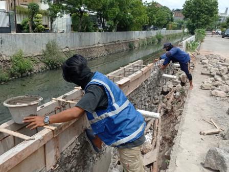 Turap Ambrol Sepanjang 50 Meter di Kelurahan Pegangsaan Dua Diperbaiki