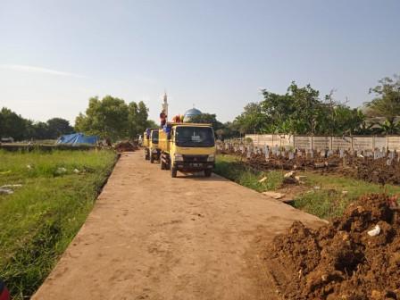 Hasil Pengerukan Waduk Munjul Difungsikan Urug Lahan TPU Bambu Apus