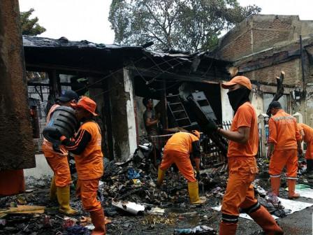 20 PPSU Bersihkan Puing Sisa Kebakaran di Kebon Manggis