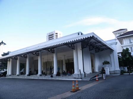 Lingkungan Balai Kota DKI Jakarta Disemprot Cairan Disinfektan Oleh Petugas