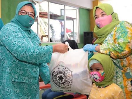 TP PKK DKI Bagikan Ribuan Masker di Rusun Karet Tengsin