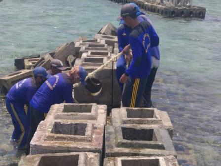 Sudin SDA Perbaiki Breakwater Roboh di Pulau Panggang