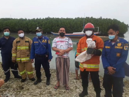 Personel Gulkarmat Pos Jaga Pulau Kelapa Tangkap Ular Laut Serang Anak-anak