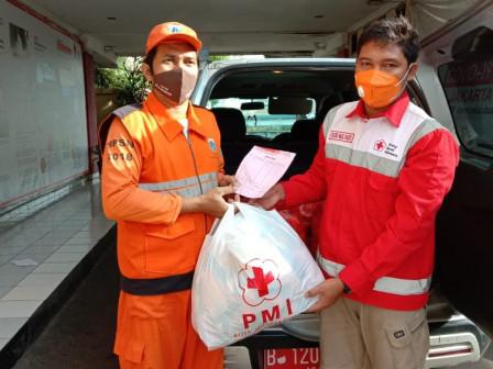 PMI Jaktim Distribusikan 1.550 pcs Roti untuk Korban Banjir