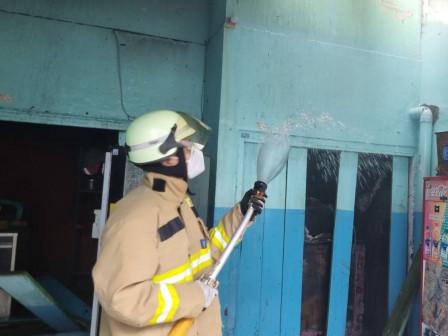Kebakaran Kantin SMPN 50 Kramat Jati Dipadamkan Petugas