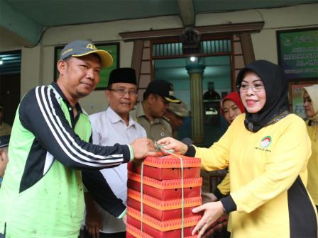 Dharma Wanita Visits Flood Victims in Pejagalan