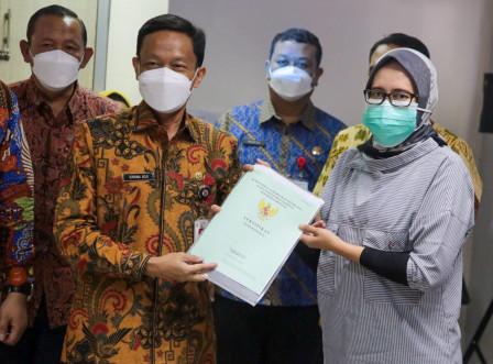 Plt Walkot Jaksel Serahkan Sertifikat Tanah Warga Manggarai