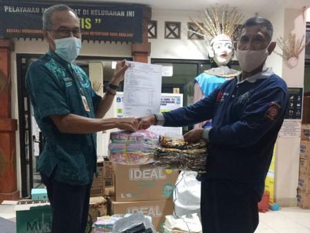 Kembali, Sudin Sosial Distribusikan Bantuan Korban Banjir Cipinang Melayu