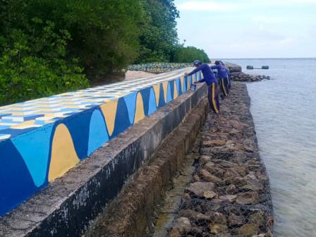 Tanggul Pembatas Pulau Sebira Dipercantik