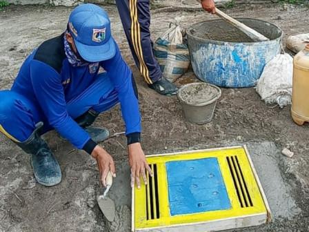 Satgas SDA Bangun Tiga Sumur Resapan di SDN 01 Pulau Harapan