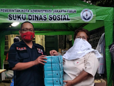 Sudinsos Jaktim Berikan Bantunan Makanan Korban Kebakaran Kebon Manggis