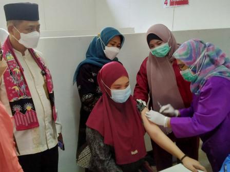 Camat Ciracas Kick Off Vaksin Ibu Hamil di Pabrik PT Khong Guan