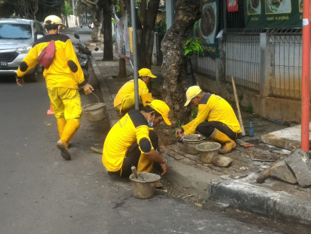Sudin Bina Marga Jaksel Perbaiki Trotoar di Jl Perdatam Raya