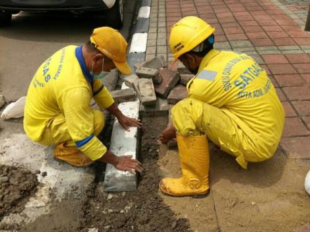 Bina Marga Sawah Besar Perbaiki Trotoar di Jalan Pintu Air