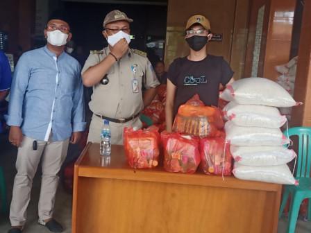 Kelurahan Pulogadung Bagikan 800 Paket Sembako
