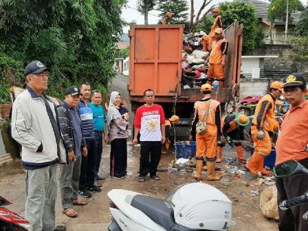 Joint Personnel and Locals Cooperate to Clean Kemang Timur Area