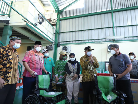 Baznas Bazis Jaktim Berikan 11 Kursi Roda pada Lansia Makasar