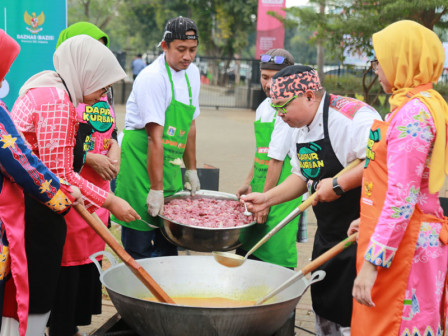 Fery Farhati and PKK Cadres Cook Qurban Meat Assisted by Chef Ragil