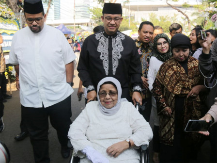 Anies and Family Conduct Takziyah to BJ Habibie's House