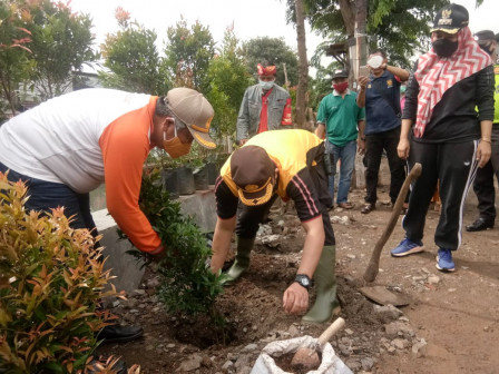Puluhan Pohon Pucuk Merah Ditanam di Bantaran Kali Sentiong