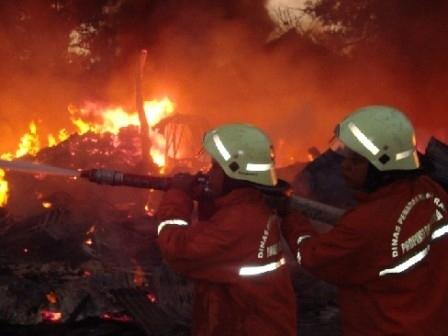 Delapan Mobil Damkar Meluncur ke Lokasi Kebakaran Perum Taman Palem