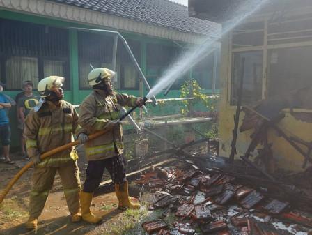 Tiga Mobil Pemadam Atasi Kebakaran Rumdis Penjaga SDN Cawang 12