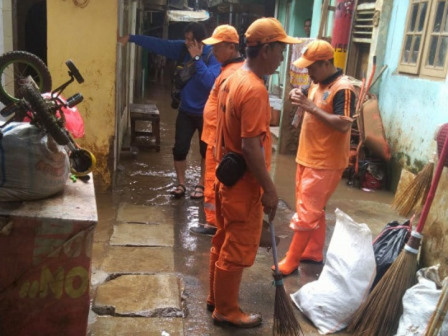 This Afternoon, Several RTs Inundated Due to Overflowing Ciliwung River