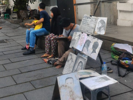 Seeing Skillful of Face Sketch Painter Hands in Kota Tua Area