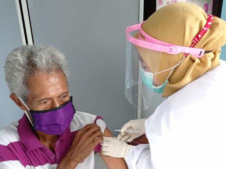 141 Lansia di Kelurahan Pulau Pari Divaksin COVID-19 Dosis Pertama Hari Ini