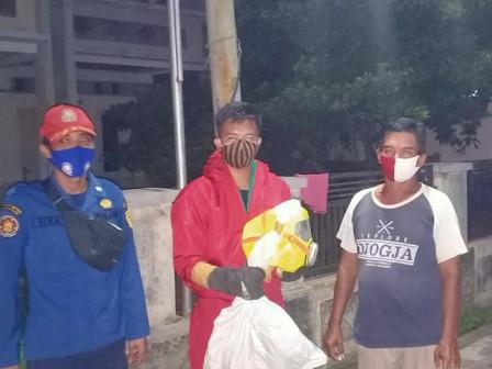 Petugas Berhasil Evakuasi Sarang Tawon Berdiameter 30 Cm di Pulau Tidung
