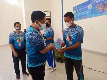 Bupati Serahkan Hadiah Lomba Virtual Run 10 K di Pulau Untung Jawa