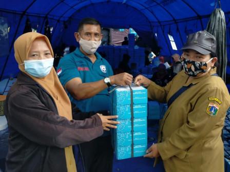 Sudin Sosial Jakarta Timur Distribusikan 3.250 Boks Nasi ke Korban Banjir