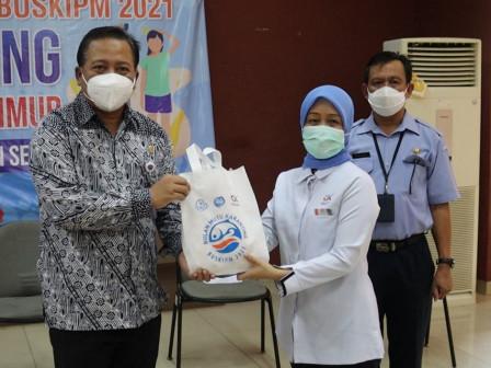 Sudin KPKP Jaktim Bagikan 1.000 Paket Ikan Nila Beku ke Anak Stunting