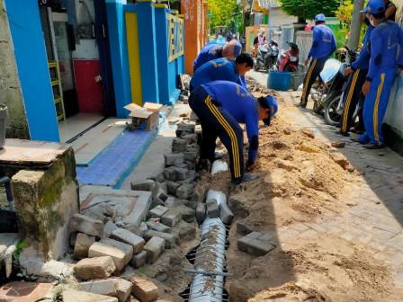 Saluran Air Rusak di Jalan Pantai Selatan Pulau Tidung Diperbaiki