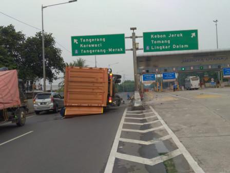 Sudin Gulkarmat Jakarta Barat Bantu Amankan Truk Terguling di Toll