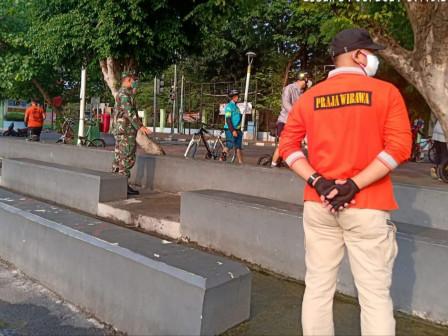 Satpol PP Kecamatan Tanjung Priok Halau Pengunjung Danau Sunter